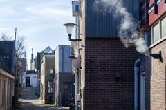 Kleine Straße mit Weinleseindustriebauten lizenzfreie stockbilder