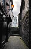 Kleine straat met sommige de stad in stappen in Kilkenny, Ierland Stock Foto's