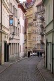 Kleine straat in Praag Royalty-vrije Stock Afbeeldingen
