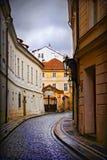 Kleine straat in Praag stock foto