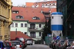 Kleine straat in Praag. Een huis heeft wordt hersteld Stock Foto's