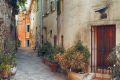 Kleine straat in Saint Tropez, Frankrijk Stock Fotografie