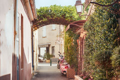 Kleine straat in Saint Tropez, Frankrijk Royalty-vrije Stock Fotografie