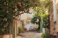Kleine straat in Saint Tropez, Frankrijk Royalty-vrije Stock Afbeeldingen