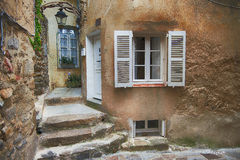Kleine straat in Saint Tropez, Frankrijk Stock Foto's