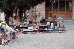 Kleine straathandel op de straat van een kleine Georgische stad stock foto's