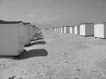 Kleine strandcabines in Denemarken Stock Foto's