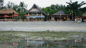 Kleine Strandhäuser für touristisches Verschieben vorbei stock footage