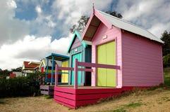 Kleine strandhuizen stock afbeeldingen