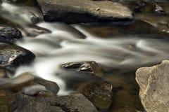 Kleine stroomversnelling, Sugar River, Nieuwpoort, New Hampshire, lange blootstelling Royalty-vrije Stock Afbeeldingen