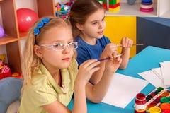 Kleine Studentenkinder, die in der Kunstschulklasse malen Stockfotos