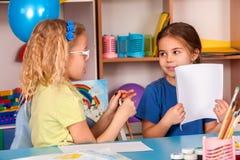 Kleine Studentenkinder, die in der Kunstschulklasse malen Stockfotografie