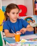 Kleine Studentenkinder, die in der Kunstschulklasse malen Lizenzfreies Stockfoto