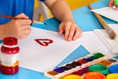 Kleine Studentenkinder, die in der Kunstschulklasse malen Stockbild