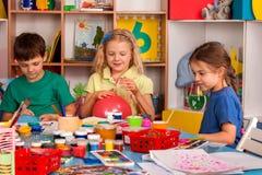 Kleine Studentenmädchen-Fingermalerei in der Kunstschulklasse Lizenzfreie Stockbilder