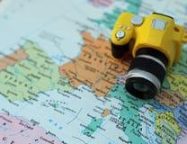 Kleine stuk speelgoed camera op de kaart van Europa Stock Fotografie