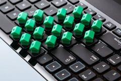 Kleine stuk speelgoed huizen over toetsenbord Royalty-vrije Stock Foto's