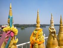 Kleine stupas bij Boeddhistische tempel in Thailand Stock Foto