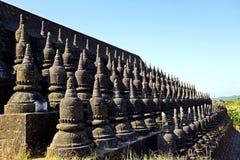 kleine Stupas bij buitenmuur van koe-Thaung Tempel, Mrauk-U, Rakhine-Staat, Myanmar royalty-vrije stock afbeeldingen