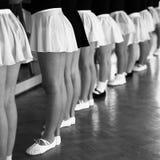 Kleine Tänzer am Barre Stockfoto