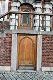 Kleine Tür unter Treppenhaus Stockfotos