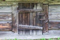 Kleine Tür zum hölzernen Blockhaus Lizenzfreie Stockfotografie