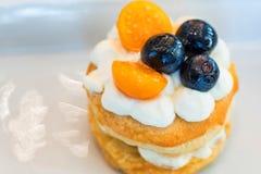 Kleine taartjes met mozarellaroom en bessen stock afbeeldingen