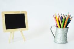 Kleine Tafel-und Farbbleistifte Stockbilder
