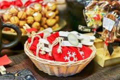 Kleine Taschen mit selbst gemachter Schokolade am Riga-Weihnachtsmarkt Stockfoto
