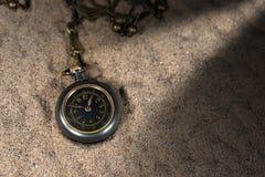 Kleine Taschen-Uhr über dem Sand Lizenzfreie Stockfotografie