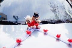 Kleine teddy pluche op een huwelijk Verfraai op de auto Stock Foto
