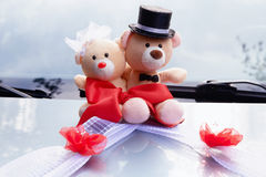 Kleine teddy pluche op een huwelijk Verfraai op de auto stock fotografie