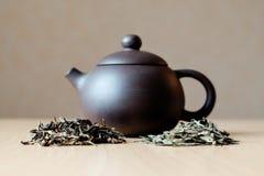 Kleine Teekanne und Tee Stockfoto