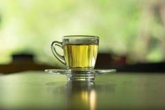 kleine Teetasse mit dem Tee gesetzt auf Untertasse Bewirken Sie seitlichen 50mm Nikkor dieses im Lizenzfreies Stockfoto