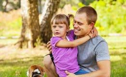 Kleine Tochter auf ihren Vaterhänden Stockfoto