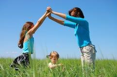 Kleine Tochter im Familienhaus - Konzept Stockbilder