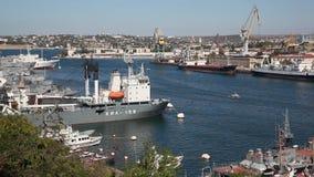 Kleine toerist het lopen bootvlotters stock video