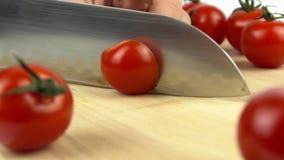 Kleine Tomate geschnitten zur Hälfte stock video footage