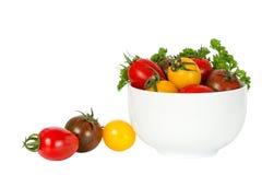 Kleine tomaten in kom Stock Afbeeldingen