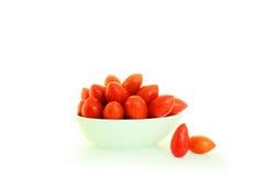 Kleine Tomaten op witte achtergrond Royalty-vrije Stock Afbeeldingen