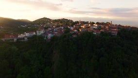 Kleine touristische Sighnaghi-Stadt gelegen auf grünen Hügeln von Kaukasus, goldene Stunde stock video