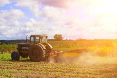 Kleine tractor die op het gebied werken kleine boerlandbouw Royalty-vrije Stock Afbeeldingen