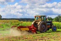 Kleine tractor die op het gebied werken kleine boerlandbouw Royalty-vrije Stock Afbeelding