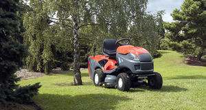 Kleine tractor voor scherp gazon Stock Afbeeldingen