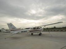 Kleine Trainingsflugzeuge auf dem Flugplatz Stockbilder