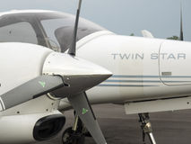 Kleine Trainingsflugzeuge auf dem Flugplatz Lizenzfreies Stockbild