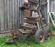 Kleine Traktoren der rostigen Weinlese setzen sich Teile und retrol Maschinerie auseinander lizenzfreies stockfoto