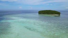 Kleine Tropeninsel im Ozean Schattenbild des kauernden Geschäftsmannes stock video