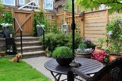 Kleine tuin stock afbeelding afbeelding bestaande uit for Kleine tuinvijver