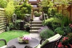 Kleine tuin stock afbeeldingen